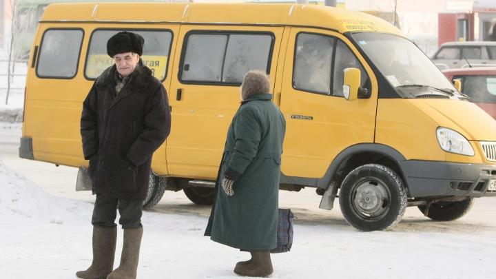 «Вёл себя грубо»: в Челябинске маршрутчик вытолкнул из салона бабушку