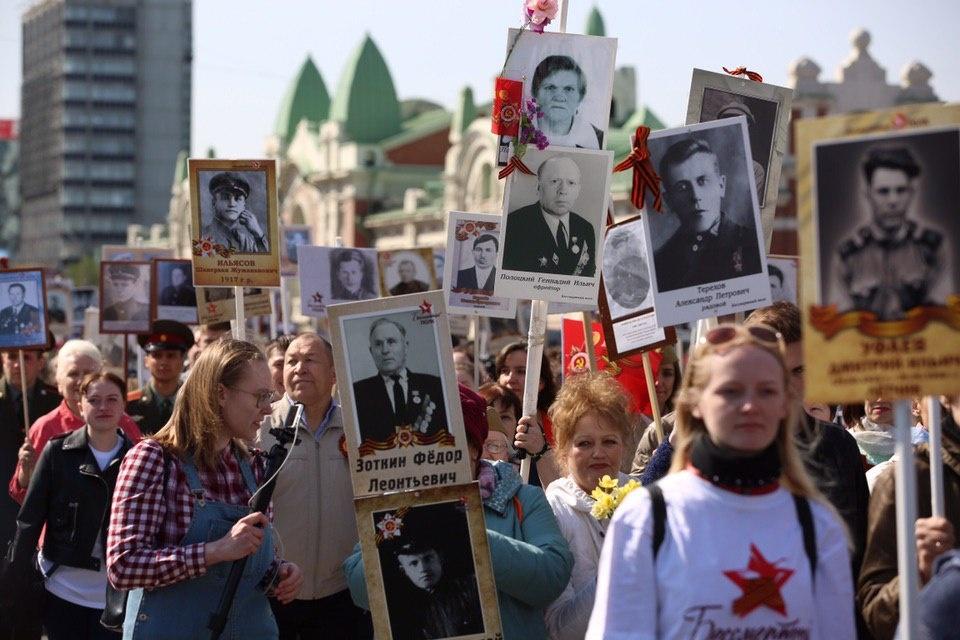 Фоторепортаж: 240 тысяч человек прошли по Красному проспекту в «Бессмертном полку»