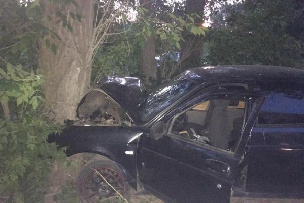 Из-за сильного удара бампер машины смяло, водитель и пассажир получили травмы
