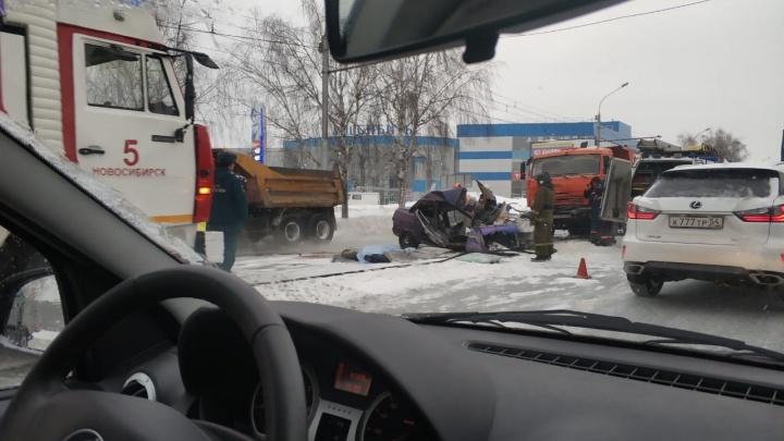 «Десятка» залетелела под КАМАЗ на Жуковского: двух человек зажало в машине — они не выжили