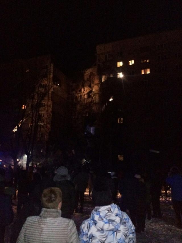 К месту ЧП сбежались жители соседних многоэтажек, проснувшиеся от звука взрыва