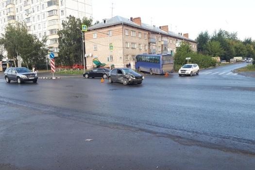 Автобус выбросило на тротуар после ДТП на Немировича-Данченко