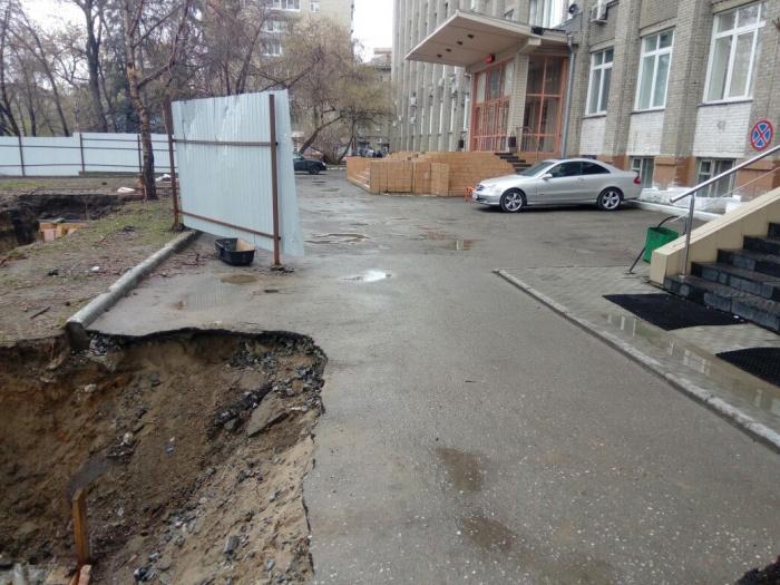 Асфальт возле здания провалился ещё в апреле после таяния снега