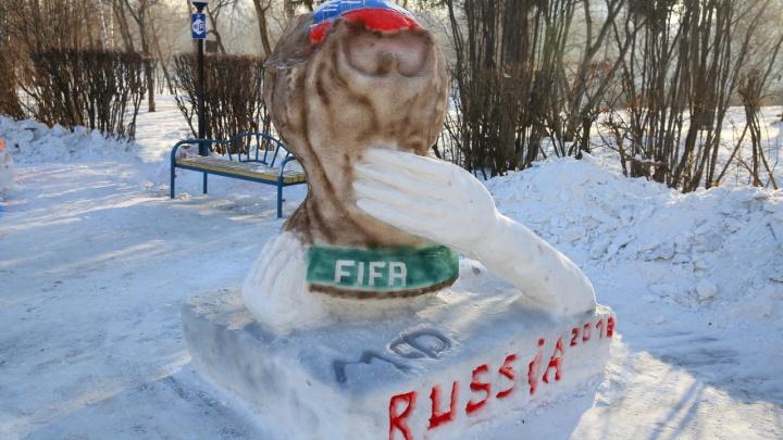 Мяч в объятиях змеи и кубок из фильма ужасов: в сквере УрГУПСа сделали пугающий ледовый городок
