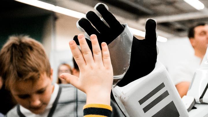 В Новосибирск привезли терапевтических роботов для объятий