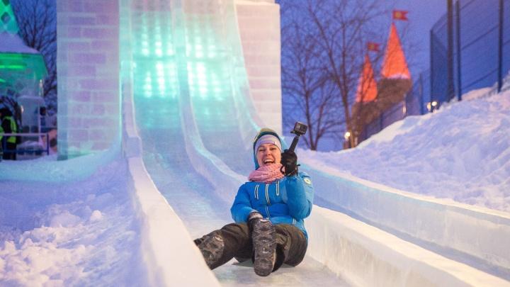На набережной открылся ледовый городок с самой большой горкой в России