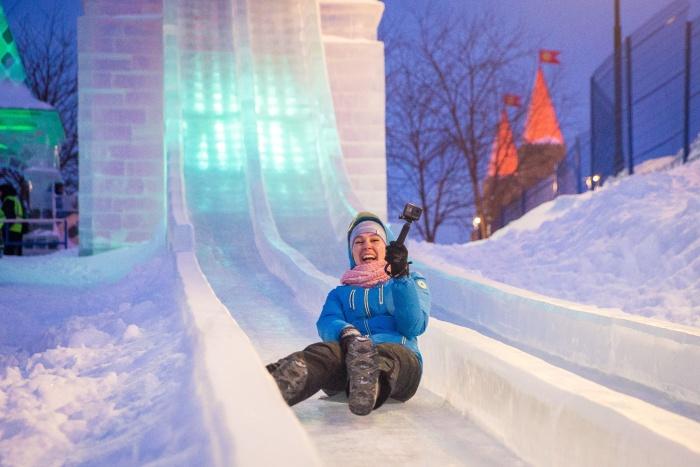 Открытие городка с ледяным лабиринтом, резными фигурами и горками состоялось сегодня вечером