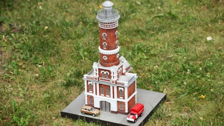 На московской выставке миниатюр сделалиомскую пожарную каланчу иАчаирский монастырь