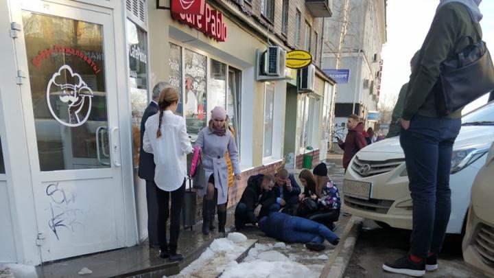 Пермяк, на которого упал снег на улице Куйбышева в Перми, получил травму таза