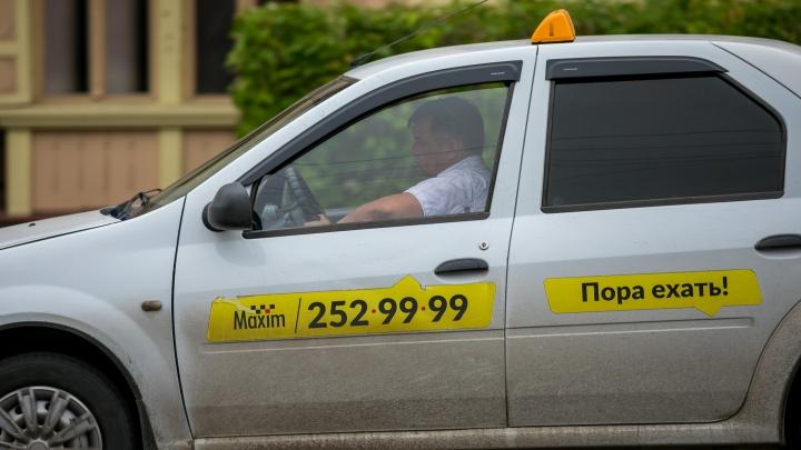 «Она полезла на первое сиденье ради фото»: туманной ночью водитель такси бросил пассажирку на трассе