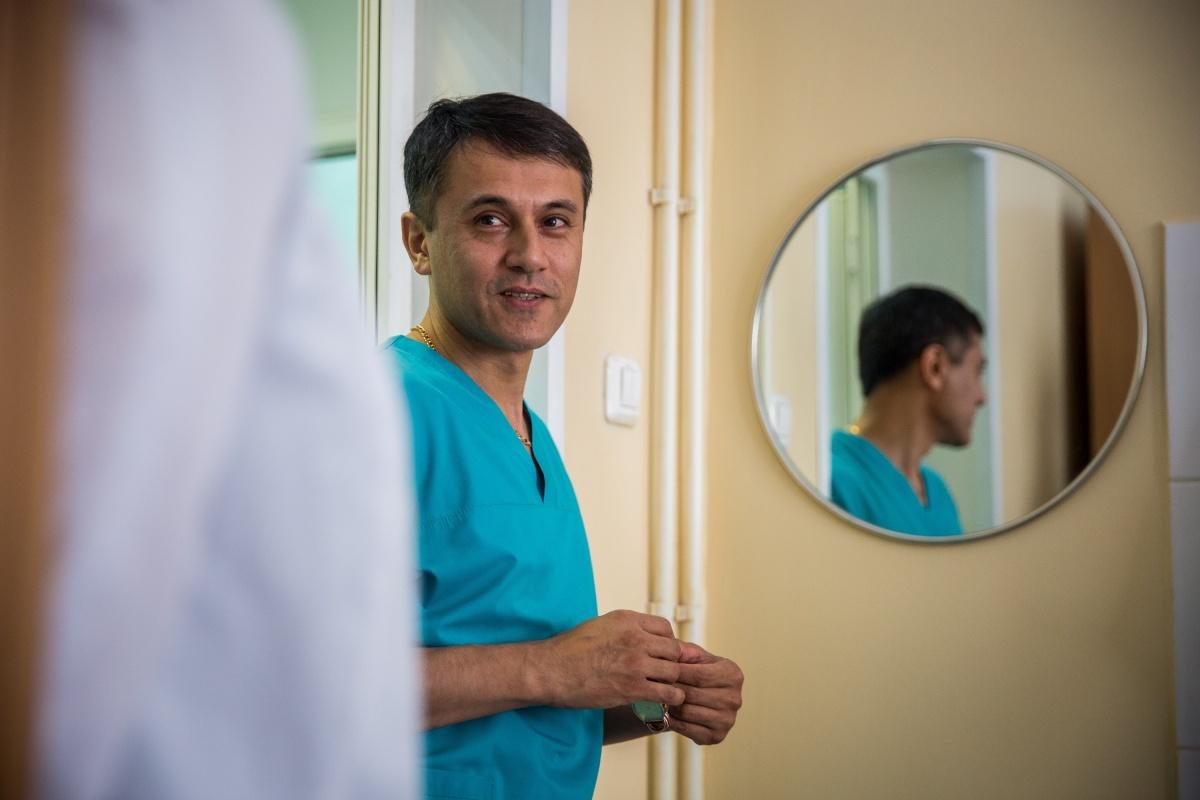 Заведующим стал известный хирург Рустам Мирсадиков — лауреат областного конкурса «Врач года». У него пять специальностей: хирургия, онкология, колопроктология, эндоскопия и организация здравоохранения