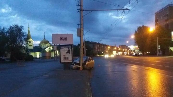 «Ниссан» влетел в фонарный столб возле цирка: пострадали водитель и пассажирка