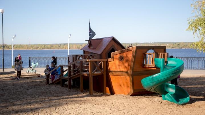 На пермской набережной появилась необычная детская площадка в виде корабля