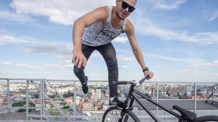 Три «сотряса» и лавина энергии: челябинец устроил велошоу на самом высоком здании города