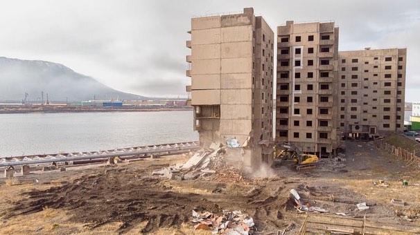 В Норильске 9-этажку решили снести экскаватором: людям пришлось убегать от падающего дома