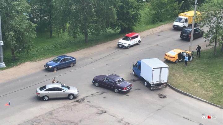 Визг тормозов было слышно в квартирах: в Ярославле такси с пассажиром влетело в столб