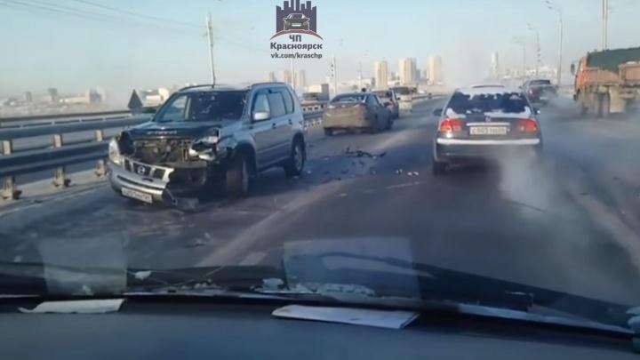 Объезжая аварию на Октябрьском мосту, еще два авто попали в ДТП