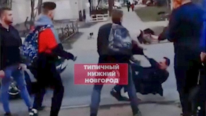 Схлестнулись прямо на проезжей части: массовая драка произошла в центре Нижнего Новгорода