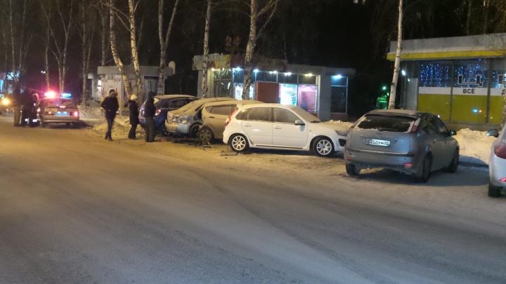 На улице Куйбышева пикап протаранил пять припаркованных автомобилей
