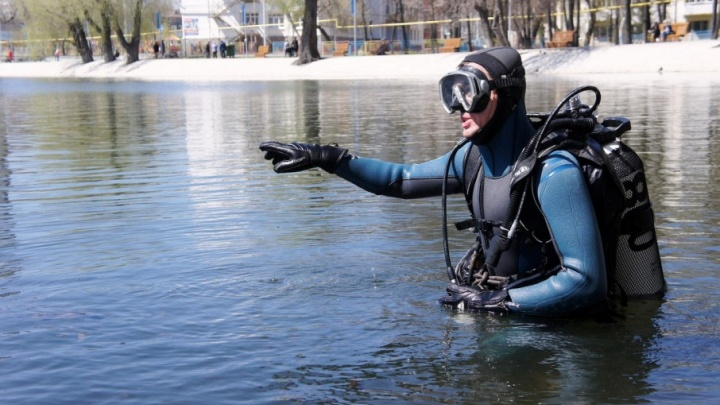 Автомобильный коврик, бутылки и игрушки: водолазы рассказали, что нашли на дне Солдатского озера в Уфе