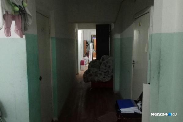 Дом, где жила семья, в которой отец выбросил родную дочь из окна
