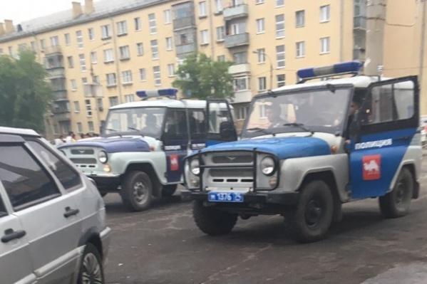 Участники конфликта были вооружены ножами и арматурой, сообщили жители Магнитогорска. На место выезжала полиция