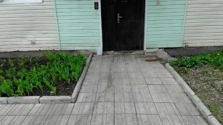 В квартире без вести пропавшей семьи в Калачинске нашли нож со следами крови