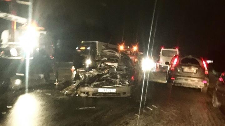 «В мясо разодрана машина»: на ЕКАД Toyota вылетела на встречку и попала под колесаКамАЗа