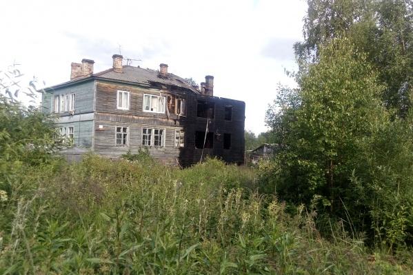 В доме восемь квартир, от огня пострадали четыре