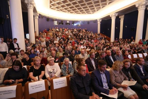 Полный зал в кинотеатре Пушкина для обсуждения нового генплана Челябинска забился за считанные минуты. Организаторам неуд за выбор площадки