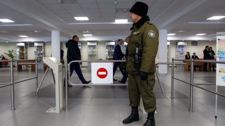 «Вам тут не рады»: журналистов V1.RU не пропустили в ГДЮЦ на отчет губернатора Андрея Бочарова
