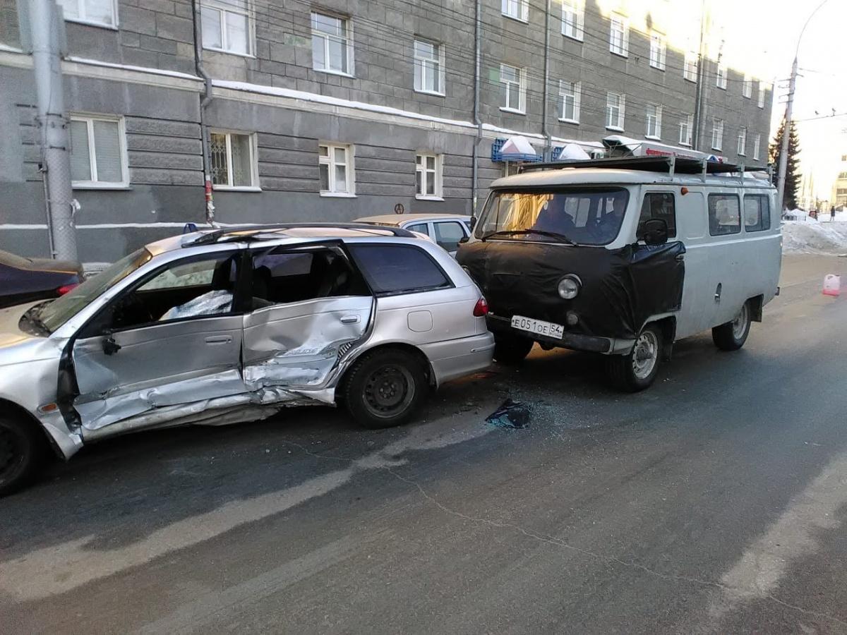 В аварии пострадал водитель одного из автомобилей