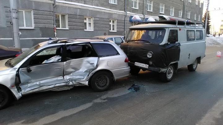 На Дуси Ковальчук столкнулись четыре машины: на месте работают пожарные и скорая