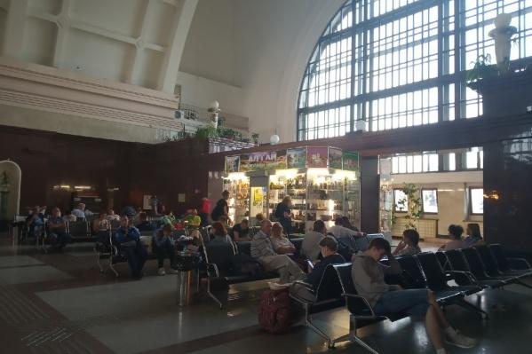 Людей разместили в бизнес-зале вокзала, а пассажиров с детьми отправили в гостиницу