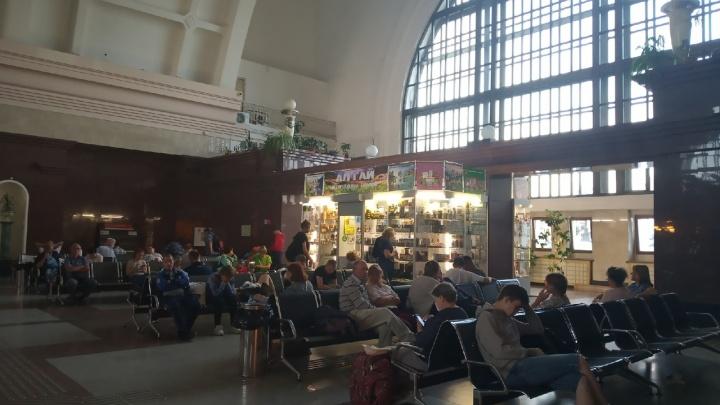 Пассажиры задержанного поезда уже больше 10 часов не могут выехать в Москву с новосибирского вокзала