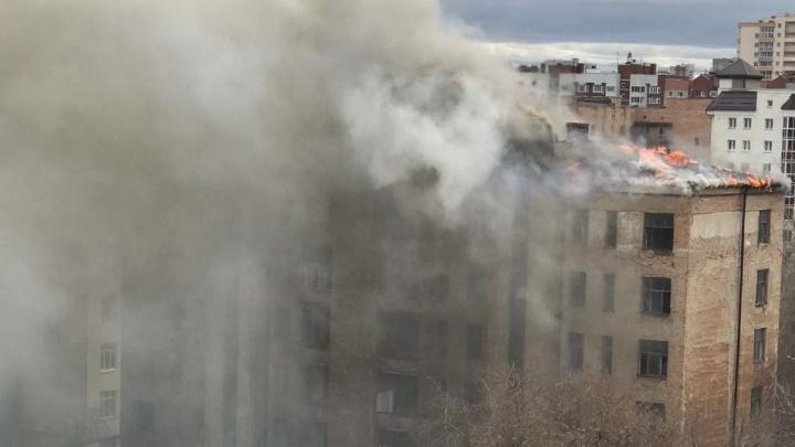 На Чапаева загорелся заброшенный дом Городка милиции