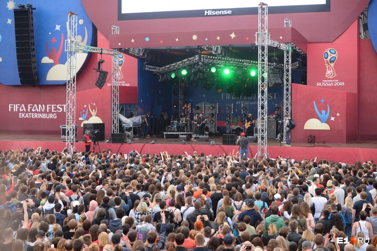 На фестиваль собралось очень много народа