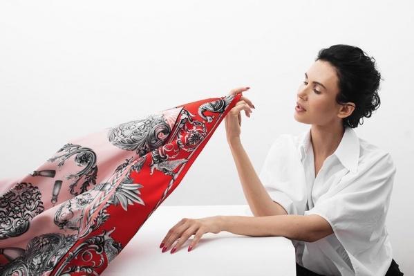 Под брендом Нины Ручкиной создаются также свадебные и вечерние платья, но она больше известна платками