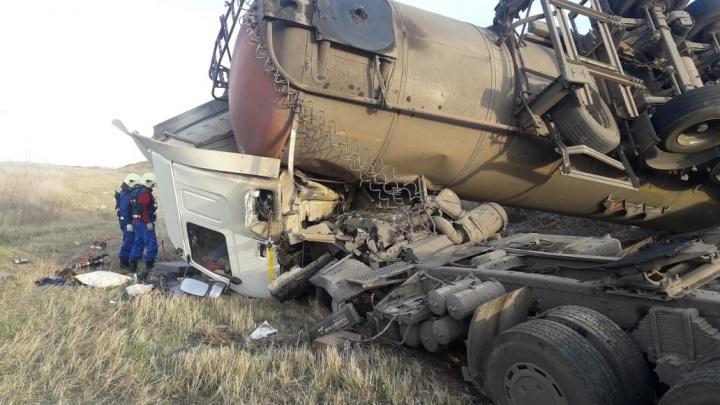 Разорвало колесо: под Самарой опрокинулась в кювет цистерна битумовоза