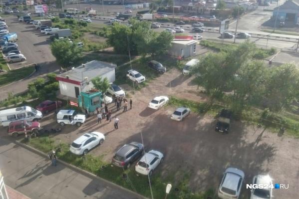 На небольшой автостоянке шестеро человек в бронижилетах расстреляли двух охранников