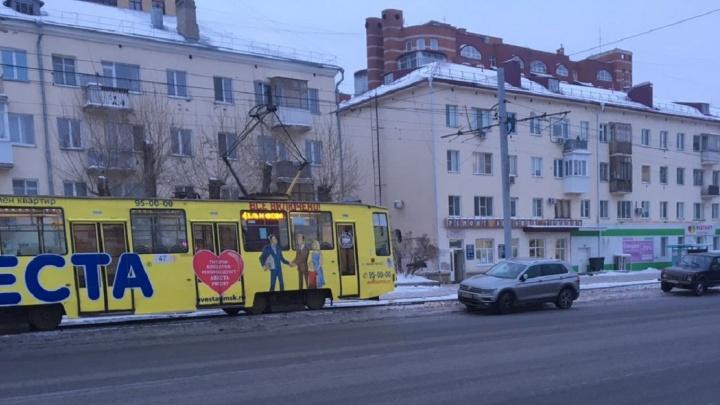 «Я паркуюсь как...»: баррикады у трамвайных путей и стоянка под «радугой»