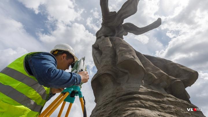 «Ни один памятник в мире не стоит жизни людей»: на Мамаевом кургане начали строить сверхпрочные леса