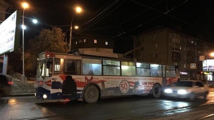 Все стоят: на Богдана Хмельницкого остановились троллейбусы и трамваи