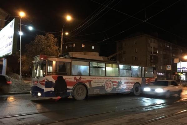 Все трамваи и троллейбусы на улице встали