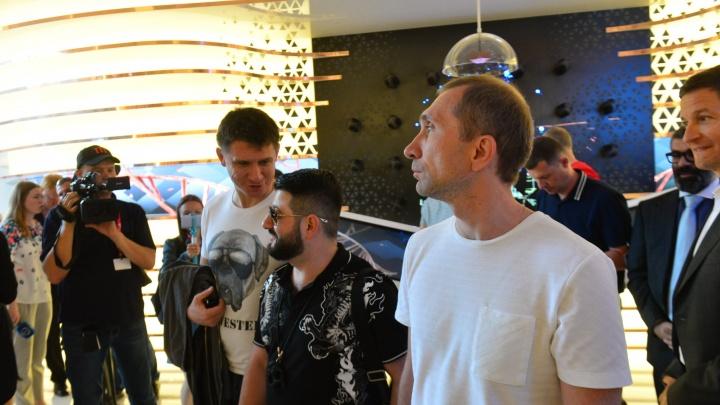 На «Иннопром» в Екатеринбурге привезли копию Путина в сопровождении Comedy Club