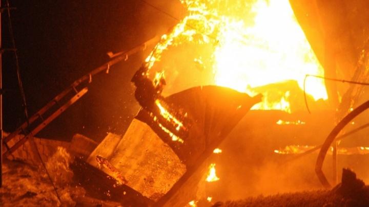 В бараке посреди картофельного поля под Красноярском сгорели трое человек