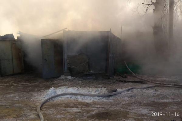 Так выглядела территория дома во время тушения пожара