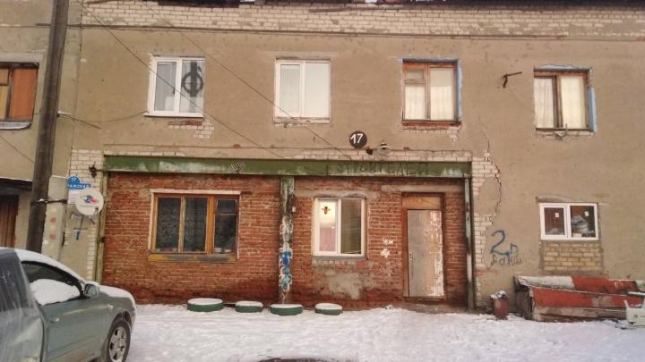 Дом рассыпается. Жители аварийной двухэтажки на Пражской боятся, что не дождутся расселения