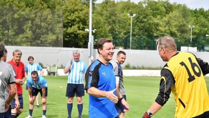 Выбрались из кресел: Азаров с коллегами сыграл с ветеранами «Крыльев»