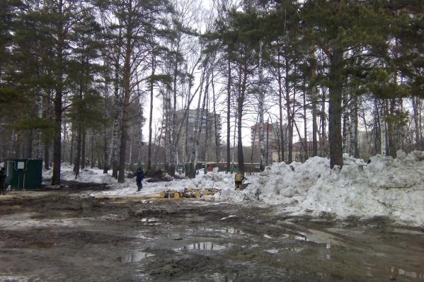 В зоне отдыха также можно будет сыграть в дартс и теннис. Пока на ее месте — снег и лужи
